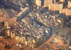 La cité murée de Kowloon, ville hors de la ville, hors des normes et des règles.